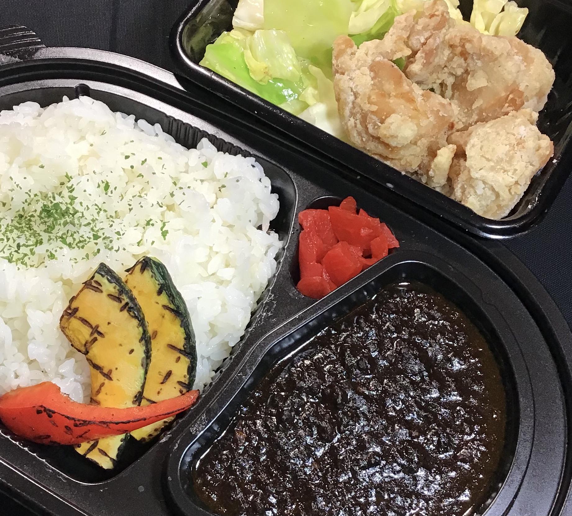 挽き肉の黒マサラカレー&鶏もも肉の唐揚げ グリル野菜添え
